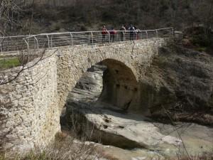 Il ristrutturato Ponte Romanico sul FiumeUso