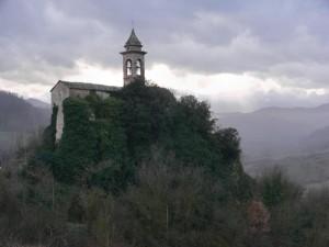 La Pieve di S. Maria a Pietra dell'Uso vista da Nord