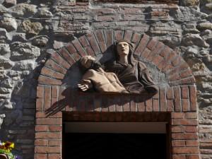 La lunetta sul portale della chiesa della Madonna Pie' di Monte